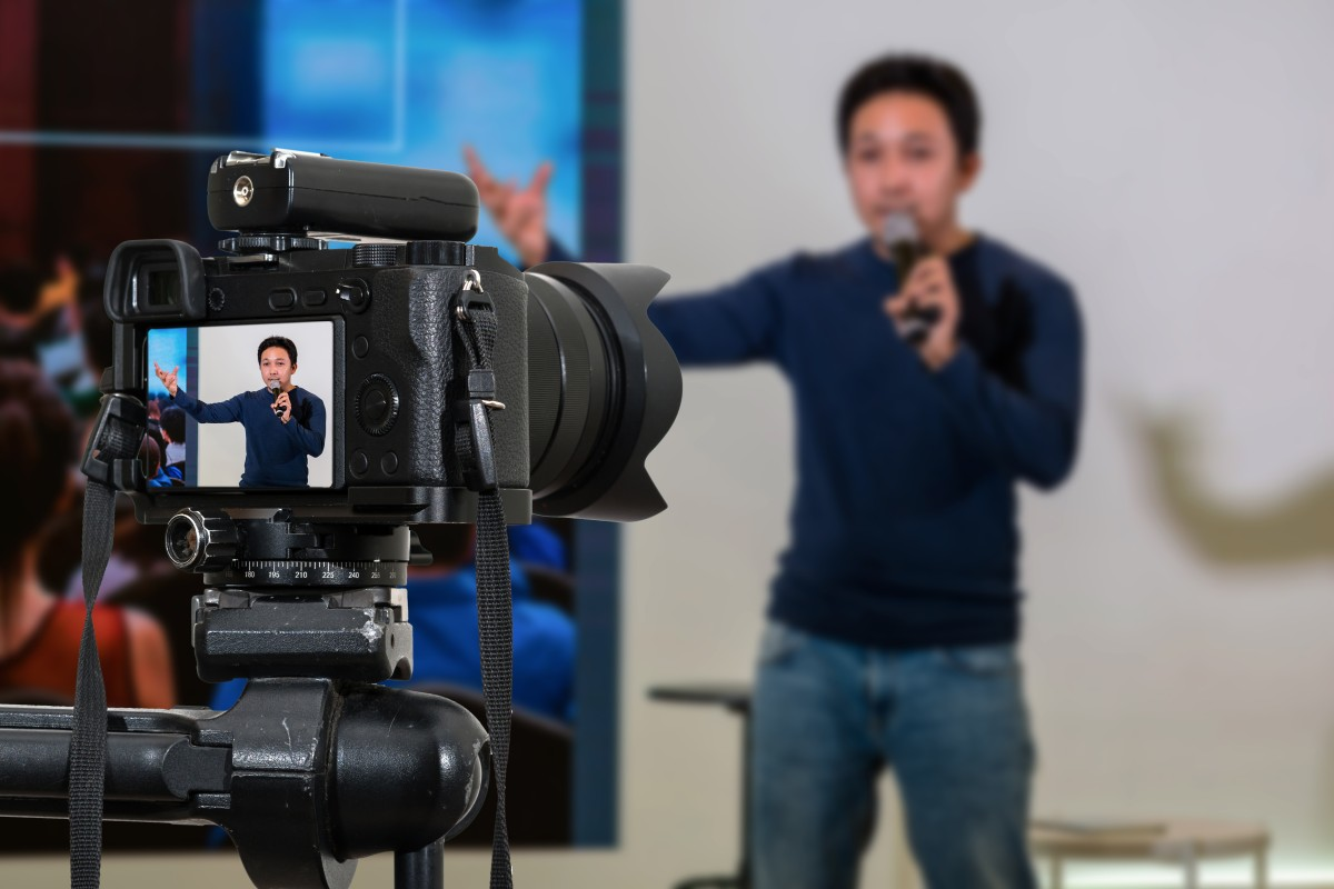 Redner gestikuliert bei Livestream vor der Kamera