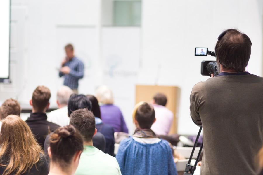 Vortrag aus Saal mit Publikum wird live gestreamt