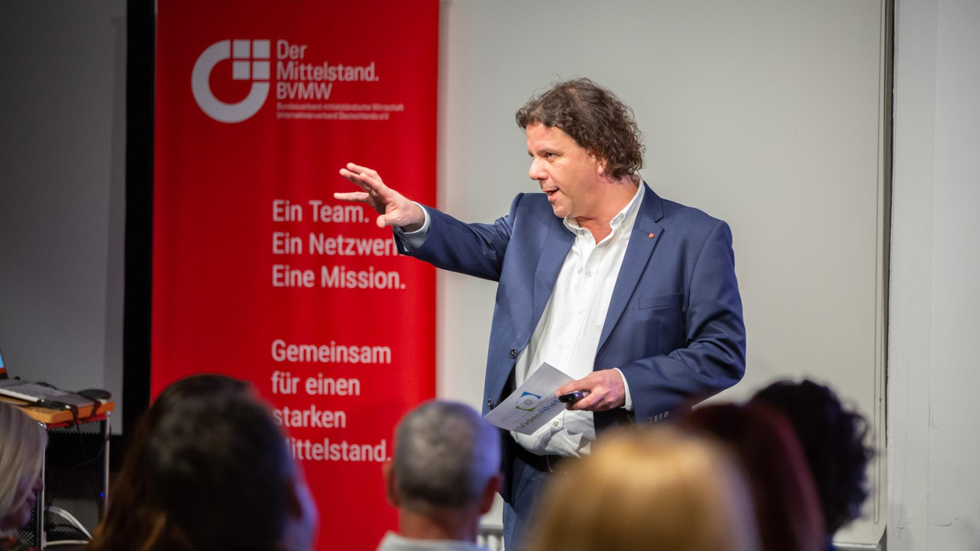 Veranstaltungsmoderation: Steffen Grützki vor Publikum